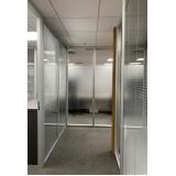 divisória para escritório piso teto vidro duplo com persiana Aclimação